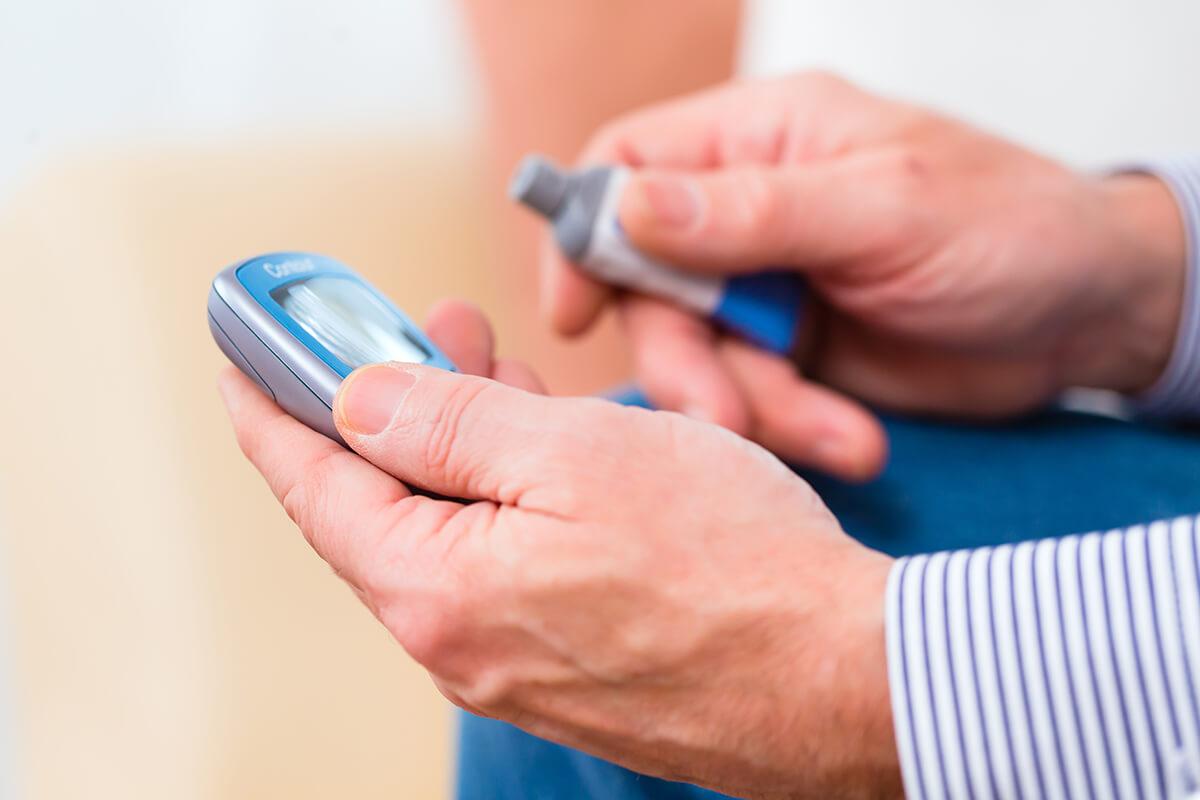 Glikometr, senior - Cukrzyca osób starszych - jak nią zarządzać
