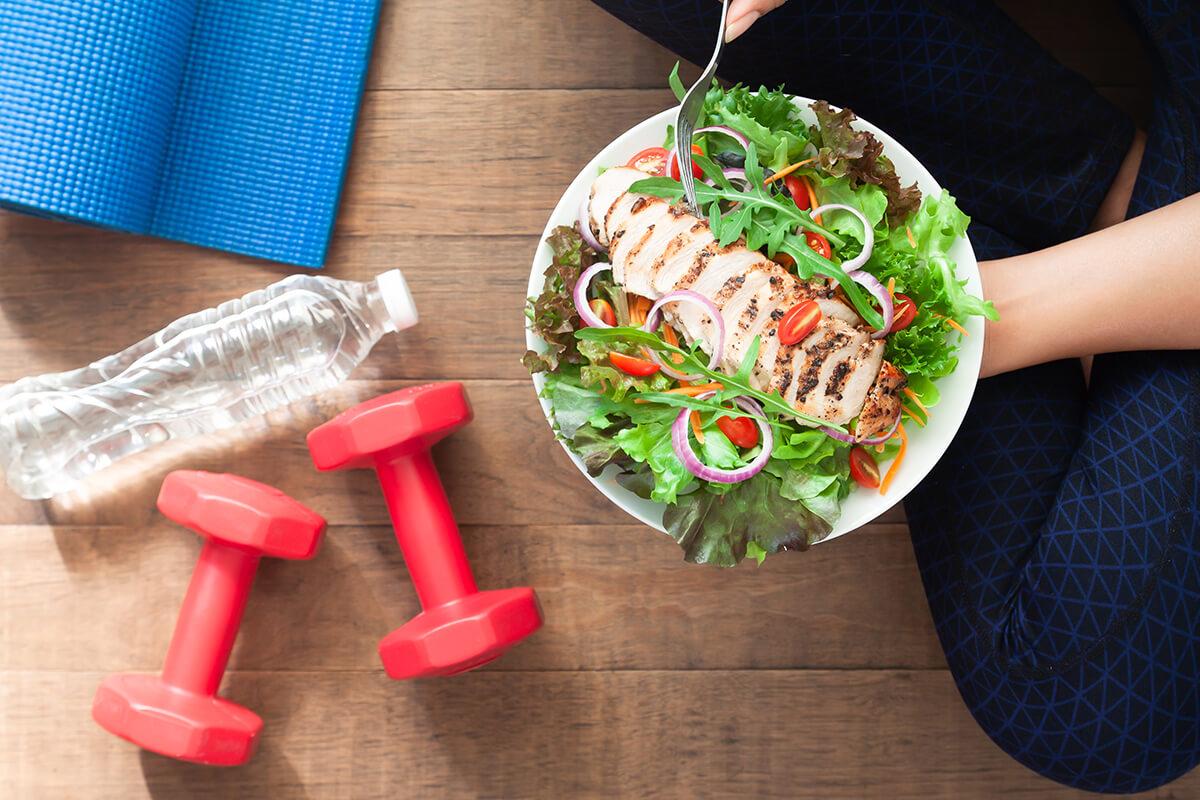 Sałatka z kurczakiem, woda, hantle - Przepisy dla diabetyków - idealne na zimową chandrę