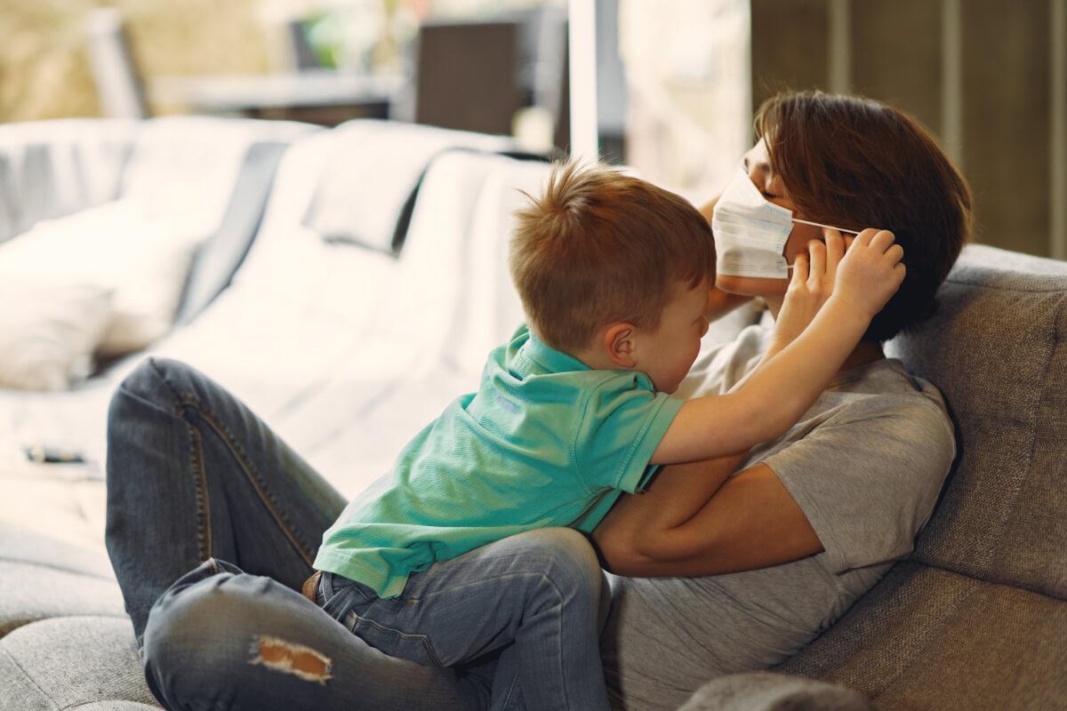 Dziecko zakłada mamie maseczkę - Rozmowy o koronawirusie z dzieckiem