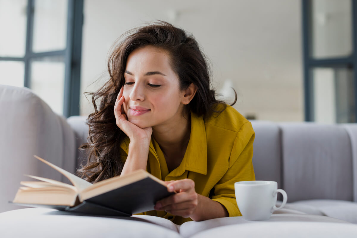 Kobieta czyta książkę - 5 domowych sposobów na relaks