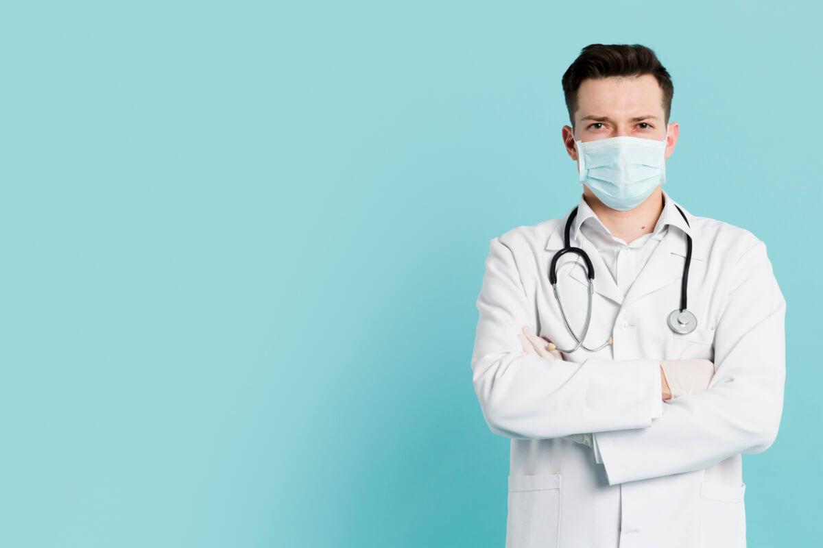 Lekarz w masce - Jak koronawirus zmienia rynek medyczny