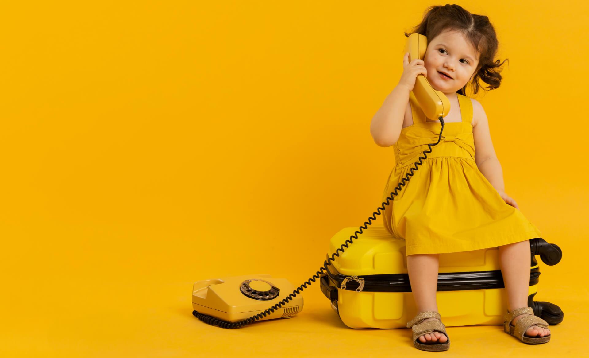 Dziewczynka rozmawia przez telefon - Wady wymowy u dzieci - kiedy warto przyjść z dzieckiem do logopedy