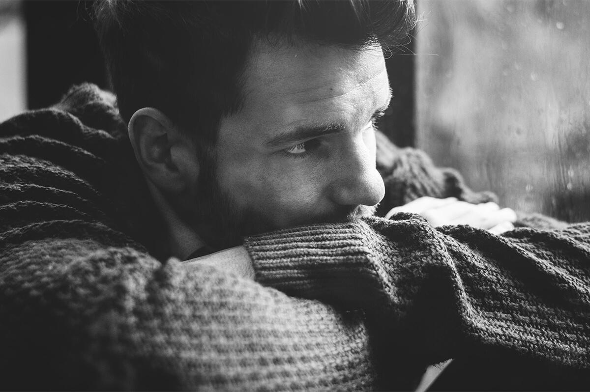 Smutny mężczyzna - Depresja a złe samopoczucie - jak je odróżnić