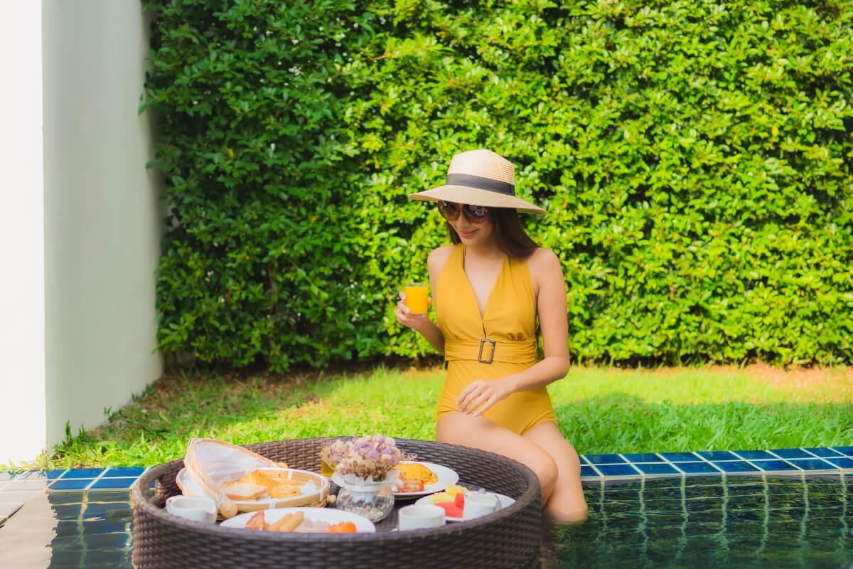 Kobieta nad basenem - Odchudzanie w wakacje - jak zjeść ciastko i mieć ciastko